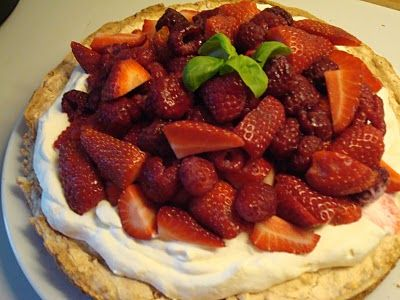 """""""Det er ikke helt sæsom for bær endnu, men de første udenlanske jordbær er kommet. Kagen fandt jeg i et magasin forleden og da den stod på gæster måtte den lige afprøves. Der er ingen grænser for hvad fyld der kan kommes ovenpå, men da jeg elsker det syrlige, blev det en blanding af jordbær...Læs Mere"""