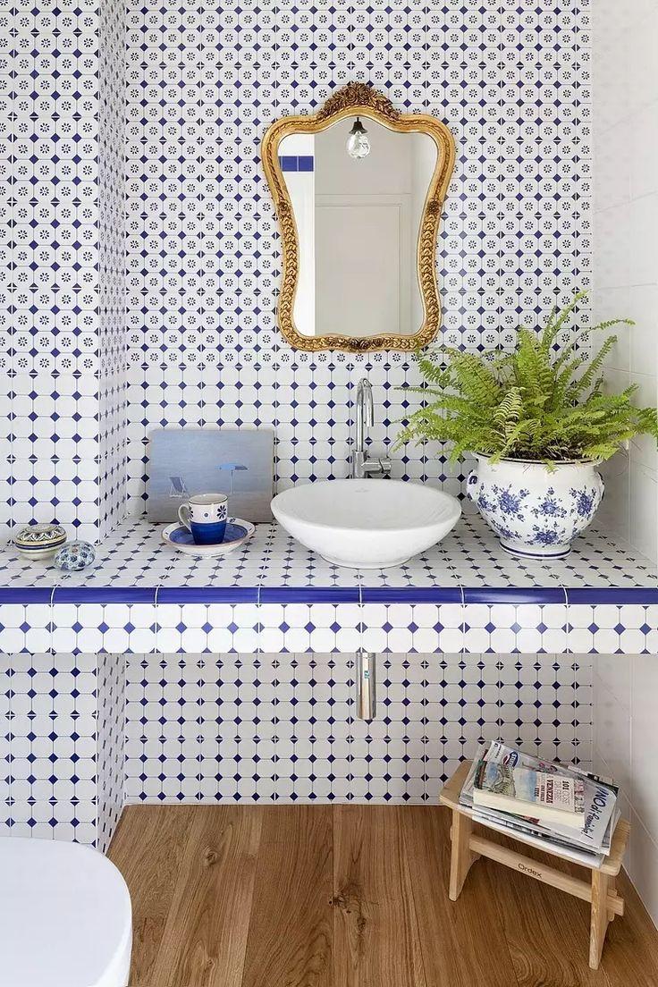 Per dare ai bagni uno stile classico si possono utilizzare modelli di porcellana d'epoca con mini-piastrelle quadrate in blu francese e bianco