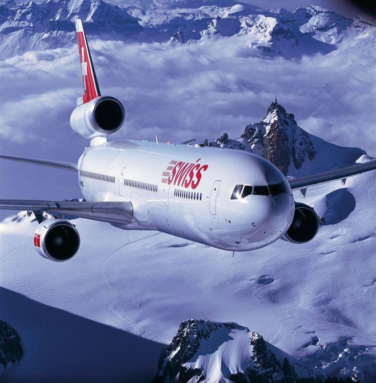 Swiss Airlines MD-11 Airliner, avec l'Aiguille du Midi en arrière-plan... Chamonix Mont-Blanc, France...