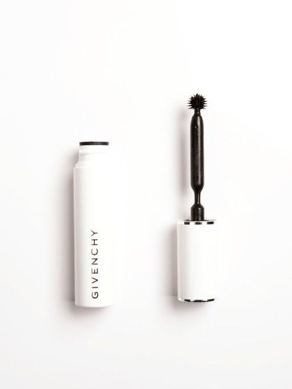 Phenomen'Eyes Waterproof Mascara von Givenchydefiniert jede einzelne Wimper und verleiht ihr Schwung. Mit dem besonderen Silikon-Bürstchen in Kugelform erwischt man wirklich jede noch so kurzeWimper an der Wurzel, ca. 32 €, über douglas.de.