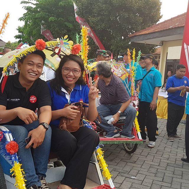 Para tamu undangan akan diantar keliling untuk melihat kampung peserta Surabaya Green & Clean  2017 menggunakan becak 🤸♀️ . . . #surabayagreendandclean2017 #surabayagreenandclean #sgc2017 #jawapos #emcopaint #EMCOLUX