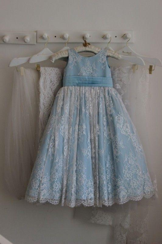 15 Modelos de Vestido de Daminhas de Casamento - Vestido azul com rendas florais Marye Lafayette