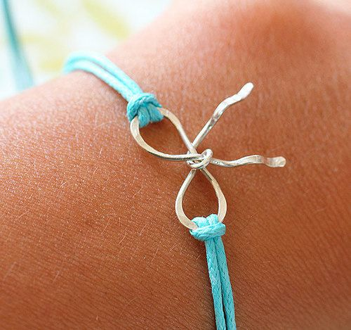 forget me knot....@Amanda Rae You should make some of these.... I can add them to my friendship bracelet, I already wear everyday from you!