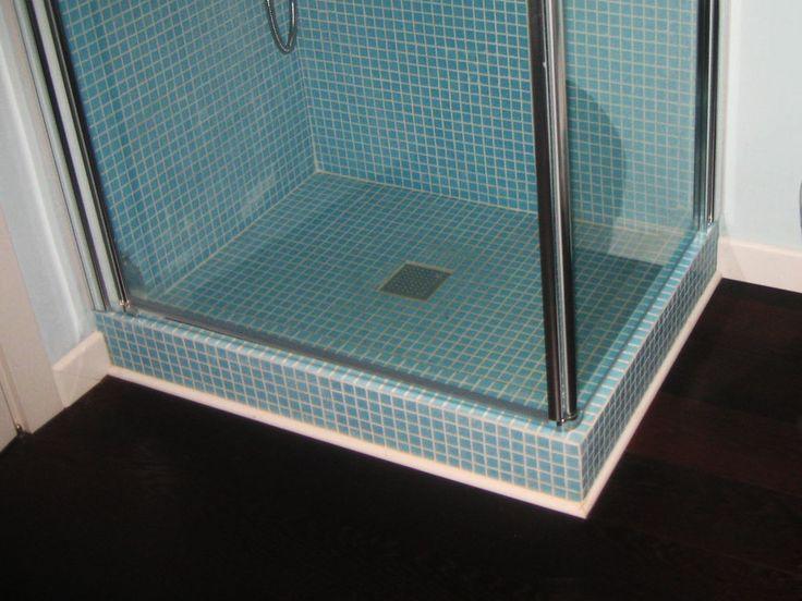Ristrutturazione abbinata Duna Verde (VE) Particolare doccia in mosaico e pavimento in legno.