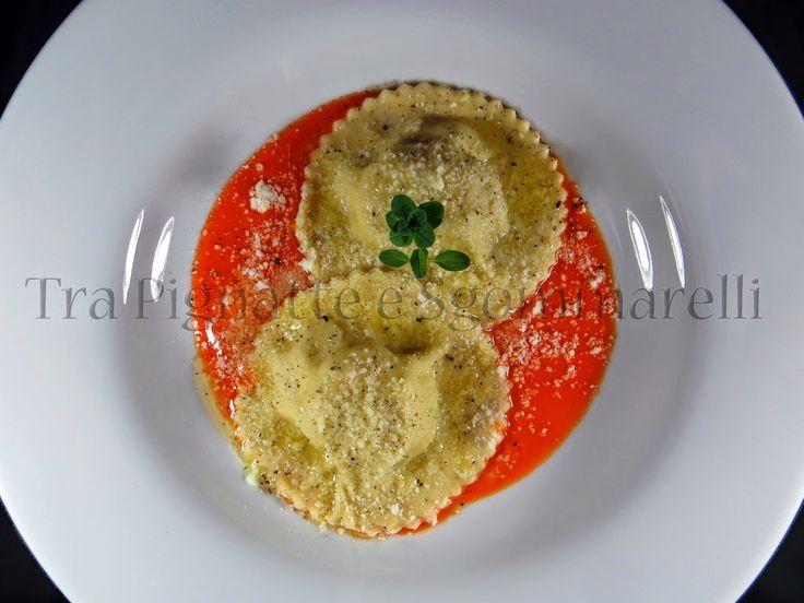 Le mie ricette - Ravioli alle patate, pere e pecorino di fossa, con emulsione di peperone rosso all'aglio | Tra Pignatte e Sgommarelli