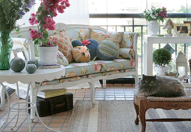 Destaque para os ladrilhos no chão e o sofá de patina.