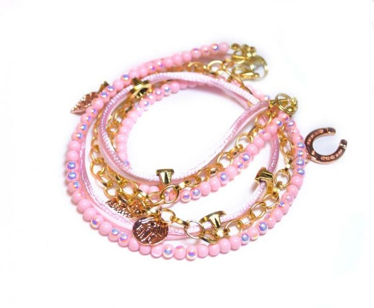 Handgemaakte Armband Candy pink van satijnkoord-imitatie veter-aluminium goudkleureige schakelketting -rose shine glaskralen 4 mm -schuifkralen en rose goud kleurige bedels www.beadscreations.nl