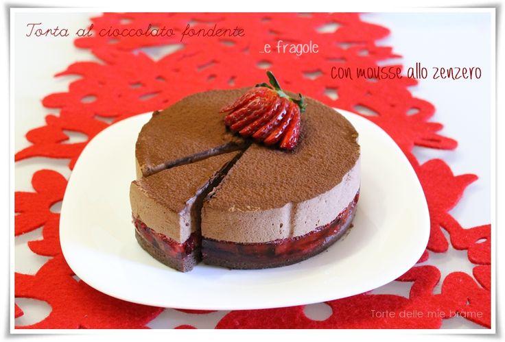 torta al cioccolato fondente con gelatina di fragole e mousse al cioccolato fondente e zenzero