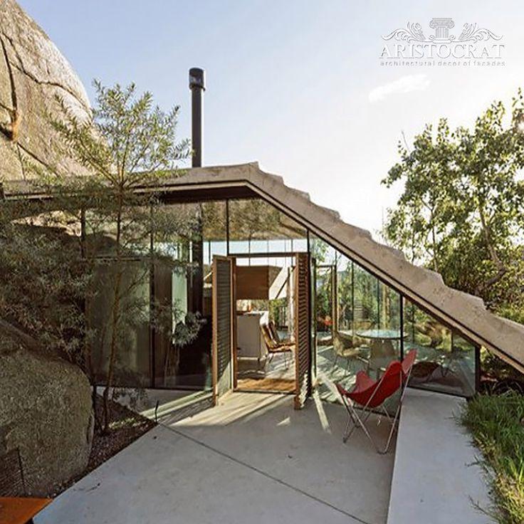 Уникальный дизайн домика у скалы   В Норвегии расположился уютный домик, разработанный командой the Lund Hagem и является идеальным местом отдыха в выходные дни. В отличии от обычных горных домов, в этой современной обители обычные бревна заменены гладкими стеклянными панелями с деревянными планками. Именно так и родился современный дом, который при этом не потерял свой деревенский дух. Дизайн дома прекрасно сочетается с точечными светильниками и яркой обстановкой густых лесов и пейзажей…