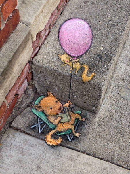 Американский стрит арт художник и иллюстратор Дэвид Зинн рисует мелом и углем рисунки на улицах города Энн-Арбор.