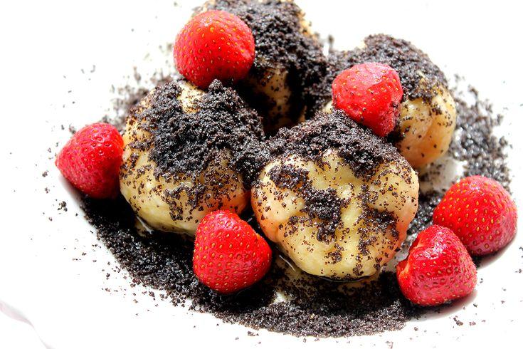 Vychutnaj si trošku iné raňajky!Tradičné ovocné gule plnené čerstvými azdravými jahôdkami.Sú zo špaldovej múky akukuričnej krupice, takže sa vyhneme bielej múke. A vďaka tvarohu obsahujú aj dôležité bielkoviny. Nahraď jahody iným obľúbeným ovocím, ako maliny či slivky a posyp ich makom, orechami alebo kakaom. Mňamka v každom prípade :-). Čo budeme potrebovaťna 2 porcie po… Continue reading →
