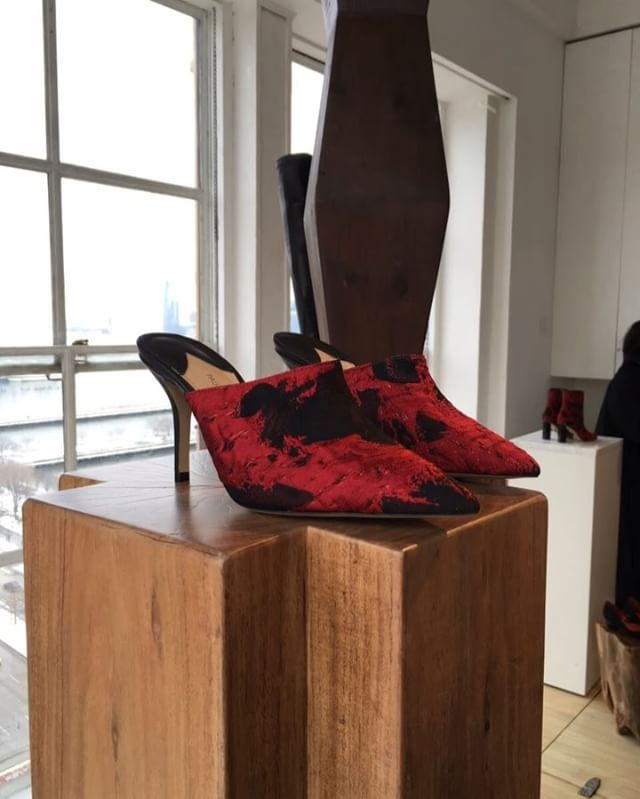 Nomeado em setembro passado diretor de design dos sapatos da Salvatore Ferragamo o talentoso @paulandrew apresenta hoje em Nova York a nova coleção da marca que leva seu nome lançada em 2013 que ele segue tocando em paralelo ao trabalho na grife italiana. Inspirado pelas esculturas do romeno Constantin Brâncuși o vencedor de um prêmio CFDA/Vogue Fashion que já passou por marcas como Narciso Rodriguez e Alexander McQueen apostou em modelos ricos em texturas como jacquard plumas aplicações e…