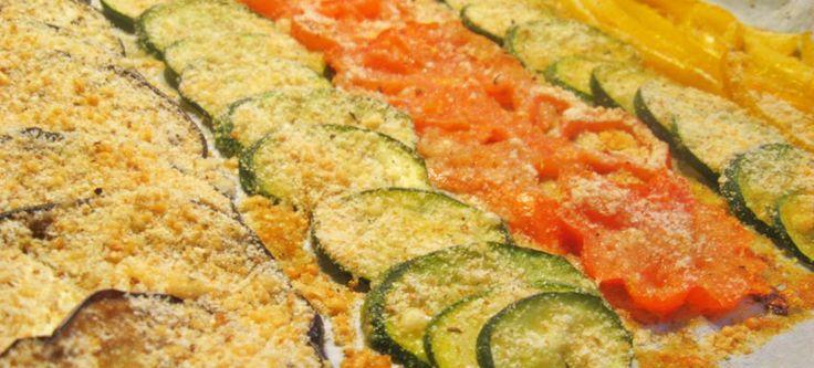 Tagliare a metà zucchine, melanzane e pomodori. Con un cucchiaio svuotare l'interno delle verdure lasciando un po' di polpa sul fondo. In una terrina preparate il pane grattugiato (se possibile usare quello fatto in casa) poi aggiungere sale e pepe a piacere, il prezzemolo tritato, un po' di aglio e olio di oliova. Impastare finchè …