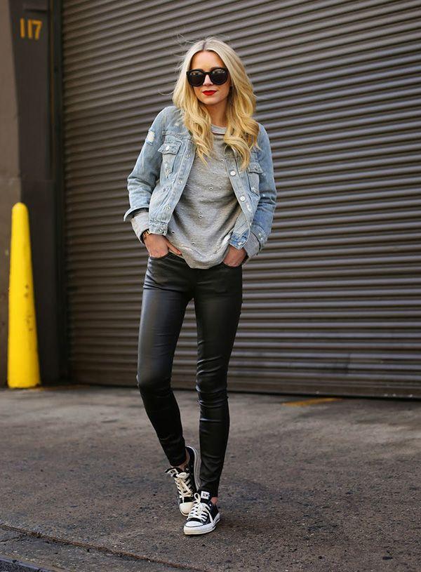 Blogueira usa calça resinada e jaqueta jeans