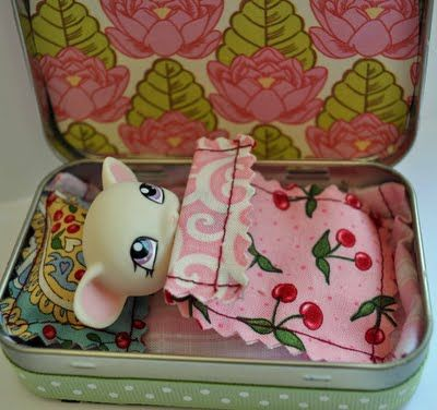 mint tin made into portable littlest pet shop animal house. Cute and easy idea.