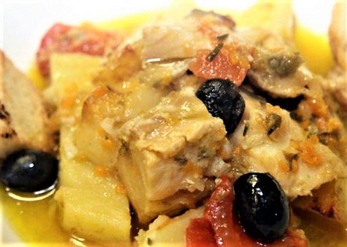 Lo stoccafisso all'anconetana si prepara tagliando a pezzi il pesce cuocendolo in un soffritto assieme alle patate a pezzetti ed agli altri ingredienti. Ecco i passaggi della ricetta dello stoccafisso all'anconetana.