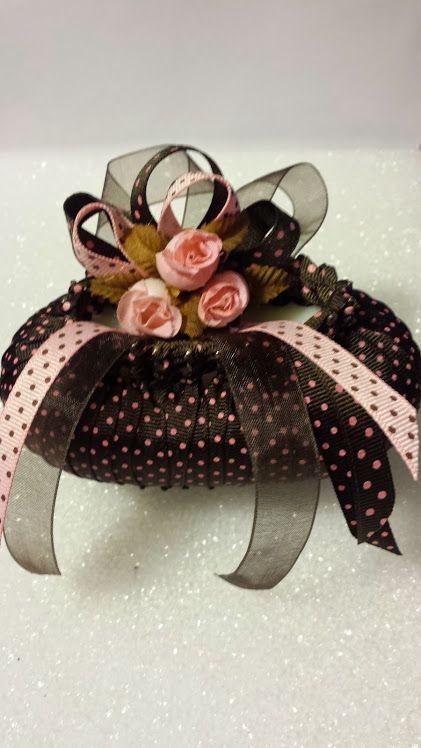 jabón adorando con cinta café y flores rosadas