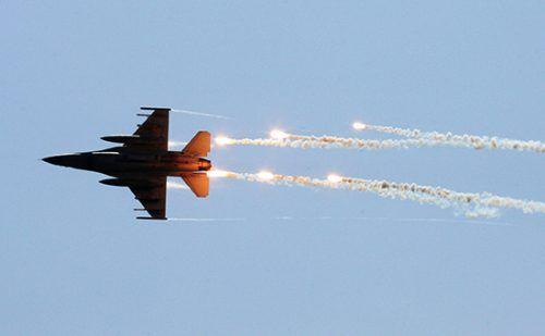Пентагон назвал удар посирийским военным «непреднамеренной ошибкой» http://mnogomerie.ru/2016/11/29/pentagon-nazval-ydar-po-siriiskim-voennym-neprednamerennoi-oshibkoi/  Американские военные признали сентябрьские авиаудары врайоне города Дейр-эз-Зор, врезультатекоторого погибли сирийские военные, «непреднамеренной ошибкой» Проведенное вСША расследование пришло квыводу, чтобомбардировка сирийских войск вокрестностях Дейр-эз-Зора авиацией коалиции стала результатом «непреднамеренной…