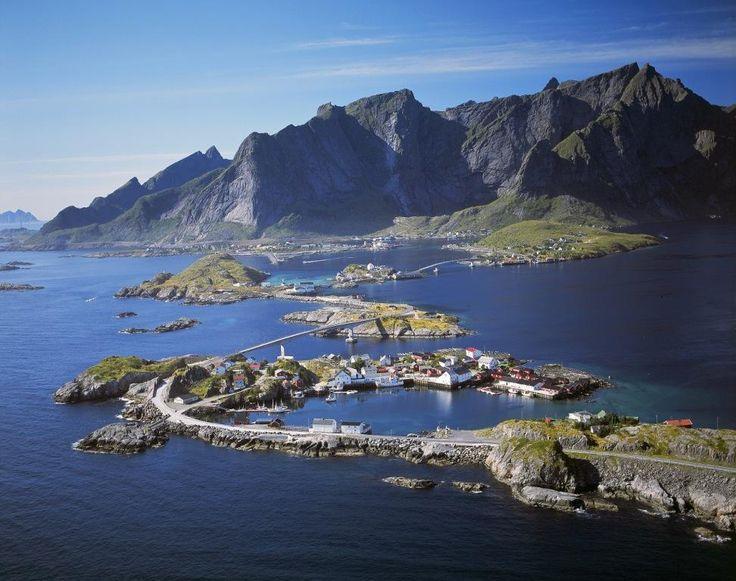 Lofoten er kjent for godt fiske og storslått natur, spekkhoggersafari og idylliske fiskevær.