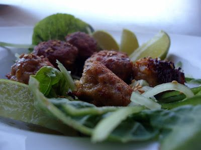 LCHF-bloggen: Asiatiske svinekjøttboller i salatwraps med agurk og sesamdressing