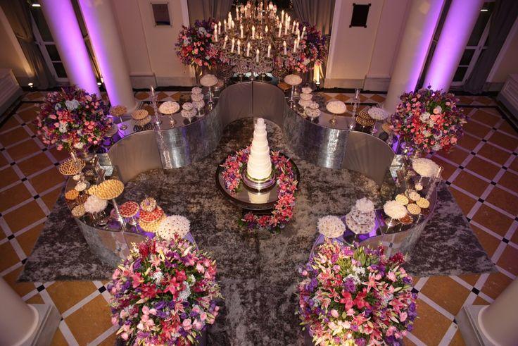 Área dos doces com bolo no meio - Casamento do goleiro do flamengo Paulo Victor e Priscila
