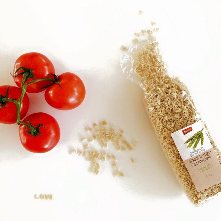 Tomaten-paprikasoep met bio-balletjes en spelt-lettervermicelli