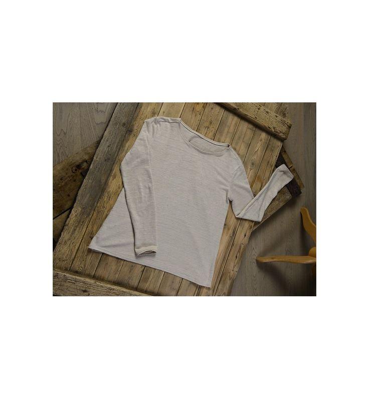 Ce top en jersey à l'encolure arrondie légèrement ouverte sur les épaules au style simple et élégant.  Peut être porté simplement sur une jupe ou un pantalon ou rentré avec un effet blousant.