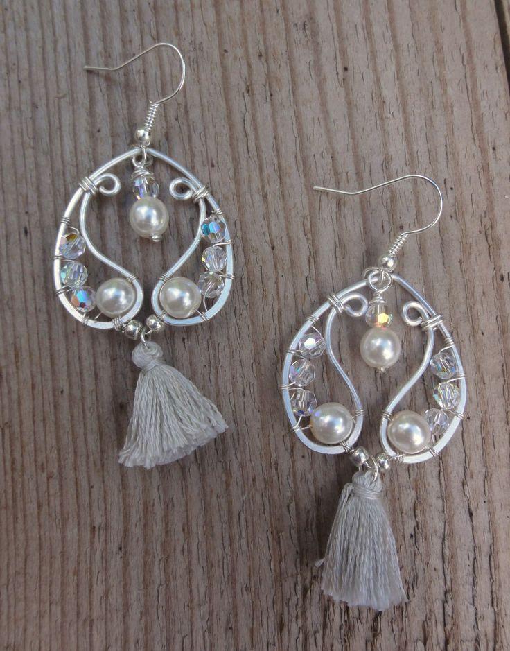 Boucles d'oreilles perles- mariage - swarovski et pompon - gris / blanc / argent / noël / cocktail / soirée : Boucles d'oreille par bombay-cotons