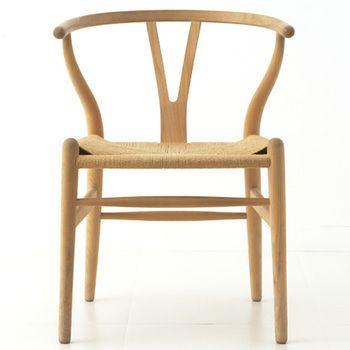 カールハンセン&サン社の大ベストセラー「Yチェア」は、北欧家具を代表する名作中の名作。    笠木と後ろ2本のフレームの曲線が生み出す美しいフォルムは、ウェグナーならでは。  ペーパーコード張りの座面は優しい風合いで上品。  座り心地も抜群です。