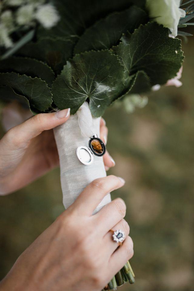 Supertof! Een klein pendant aan de bruidsboeket.
