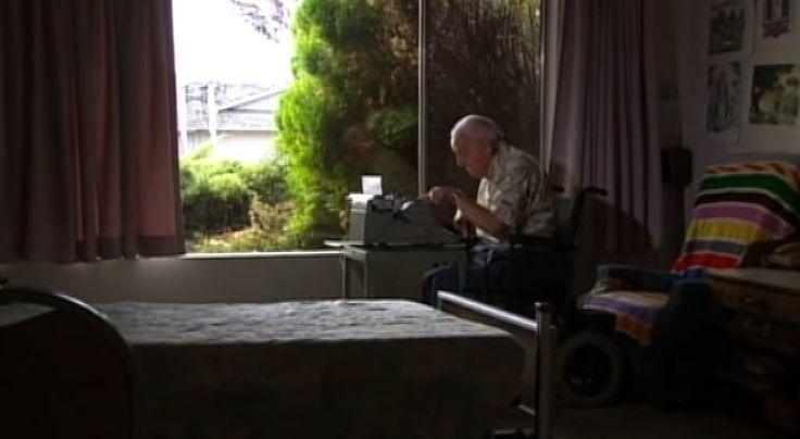De 85-jarige Paul Smith kon iets heel bijzonders. De hoogbejaarde man leed weliswaar aan een spierziekte, maar op zijn typemachine maakte hij de mooiste kunstwerken.