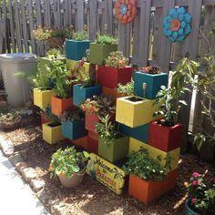 Projet créatif d'aménagement jardin à l'aide de parpaings peints en différentes couleurs