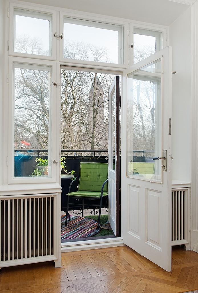 Puertas acristaladas con balc n ventanas pinterest for Puertas acristaladas interior