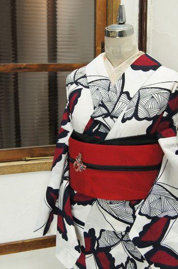 白地に赤色蝶々愛らしい注染レトロ浴衣 - アンティーク着物/リサイクル着物のオンラインショップ ■□姉妹屋□■  白の地にミッドナイトネイビーで描き出された蝶々に綺麗な赤が差し入れられたモダンキュートな注染レトロ浴衣です。