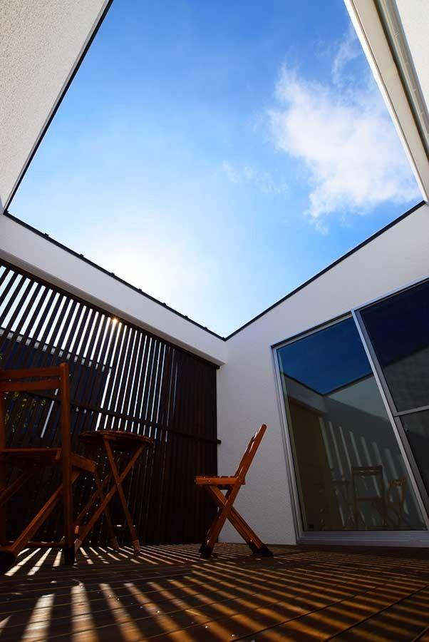 中庭へはエントランスと主寝室から大きな窓で繋がります。壁と木格子で視線に配慮されながらも開放的なプライベート空間です。