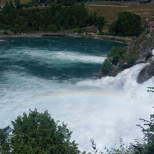 شلالات الراين هي أكبر شلالات في أوروبا و شافهاوسن هي مدينة صغيرة تقع في الجزء الشمالي الشرقي من سويسرا على الحدود مع ألم Tourism Natural Landmarks Outdoor