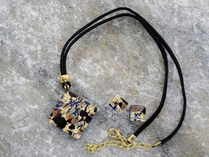 Parure in vetro di Murano con pendente a rombo ed orecchini.   Tonalità blu, nero su foglia d'oro.  Collana molto affascinante, adatta a persone calibrate e sicure di se. L'abbinamento di colori, rende questa collana unica, nel suo insieme.