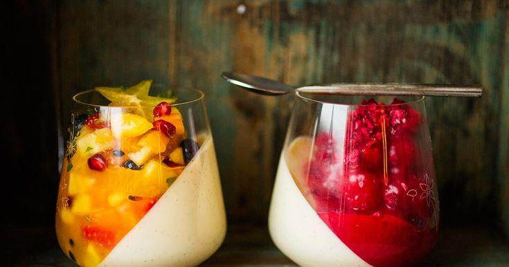 La alle forsyne seg med det de liker best. Friske og fargerike fristelser! Oppskrift på deilig panna cotta med bringebær- og pasjonsfruktsaus.