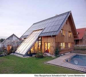 Die Bauherren der Öko-Häuser verwenden nicht nur ökologisch unbedenkliche Baustoffe, sondern planen in den meisten Fällen auch eine kleine Fotovoltaikanlage auf ihrem Dach. Die Energie der Sonnenkollektoren wird dann zu großen Teilen im eigenen Haus gebraucht und die überschüssige Energie kann in das Stromnetz des örtlichen Energieversorgers eingespeist werden. >> Solar Haus