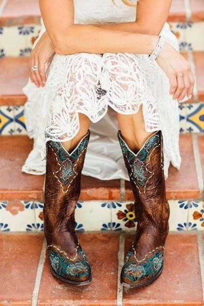 Waarom zou je perse pumps moeten dragen onder je trouwjurk? Cowboylaarzen zijn minstens zo leuk en staan lekker stoer!bruiloftinspiratie.nl #blogfeestje