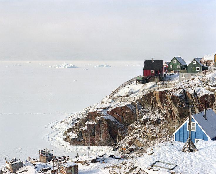 За последние несколько десятилетий общество Гренландии претерпело множество трансформаций, из-за чего возникла проблема культурной идентичности. Радикальные изменения особенно коснулись образа жизни людей, привыкших обитать на земле вечных льдов.