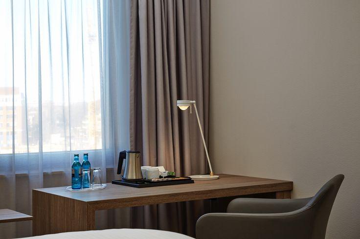 Blick in eines der Standardzimmer - Schreibtisch   H4 Hotel Hannover Messe