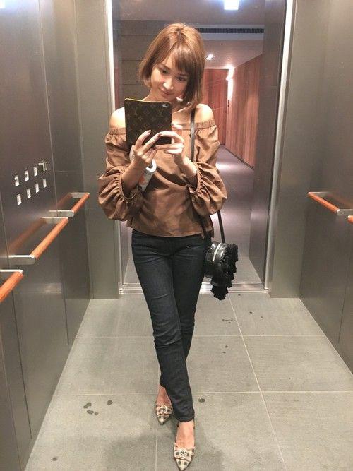 FRAY I.Dのシャツ・ブラウス「オフショルギャザーブラウス」を使った紗栄子のコーディネートです。WEARはモデル・俳優・ショップスタッフなどの着こなしをチェックできるファッションコーディネートサイトです。