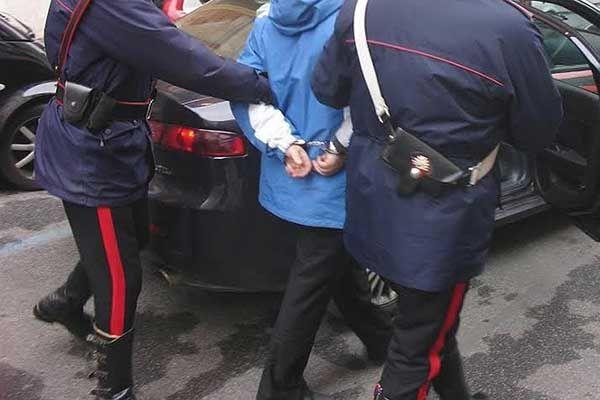 Napoli: fratello, sorella e nipote di latitante arrestati dai Carabinieri a Sant'Antimo. In casa armi e munizioni