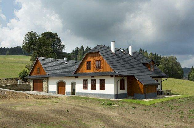 Fotogalerie: Střechu kryjí šindele, jejichž žíhání evokuje dřevěné předchůdce. Jde však o