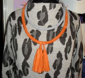 Halsring i virat läder med tofsar+ halsband av finstickat grått garn.