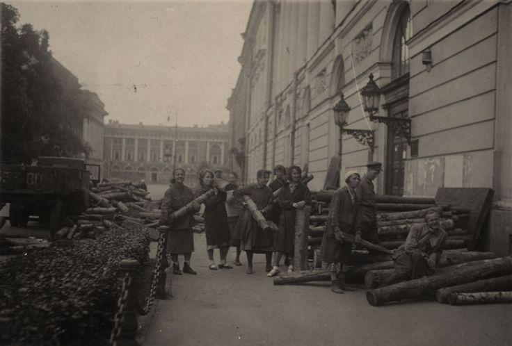 Разгрузка дров у Публичной библиотеки.  1943 г.