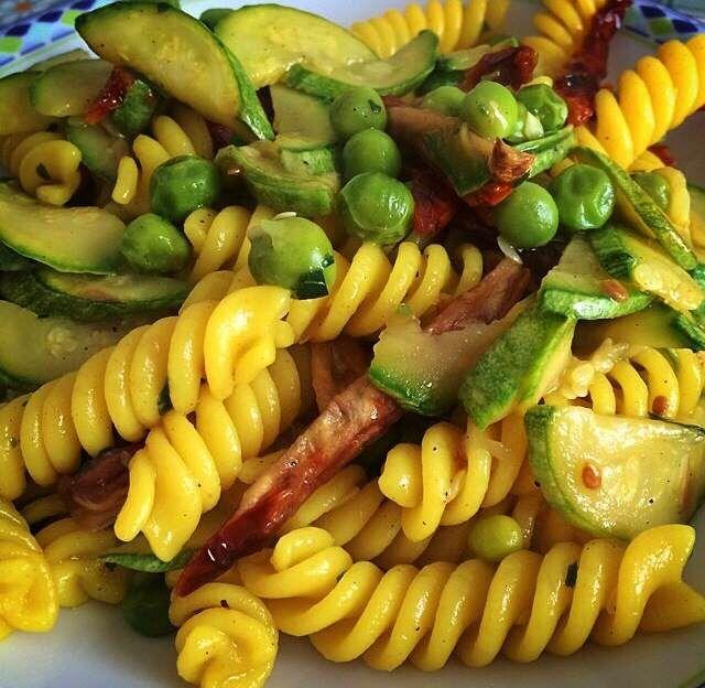 Fusilli con zucchine, piselli e pomodori secchi di Valeria Temporali http://www.lisciocomelolio.altervista.org/?p=1077