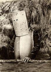 Eerste Wereldoorlog : Een Franse soldaat draagt een soort harnas als bescherming tegen rondvliegende kogels boven de loopgraaf. Frankrijk, 1915.   First World War. A French soldier wearing a kind of armour as protection against flying bullets above the trench. France, 1915.