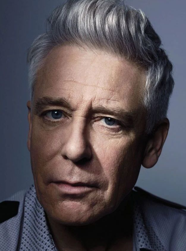 Adam Clayton 13-03-1960  Basgitarist van de Ierse rockband U2. Met Larry Mullen jr nam hij in 1996 de titelsong op bij de film Mission Impossible. https://youtu.be/wpUdcd9hz5M